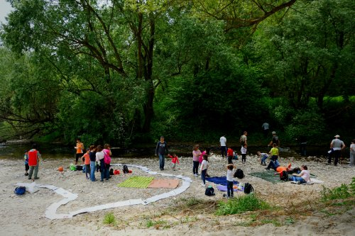 Bambini che giocano sulla riva del torrente Ienga nei pressi della confluenza nel Calore. La LIPU ha organizzato anche un gioco didattico trasportabile per intrattenere i bambini. (foto di Serena Iele)